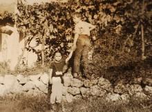 Cristina e Luigi Cataldi Madonna bambini di fronte a una vigna ad Ofena