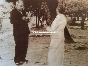 Alberto Savinio prende appunti nel giardino del Convento Michetti di Francavilla al Mare ascoltando i racconti di Donna Annunziata, moglie del grande pittore abruzzese.