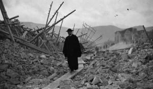 Terremoto Marsica 2015 - Prete tra le macerie