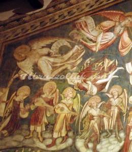 Musicerende engelen begeleiden de heiligen en zaligen
