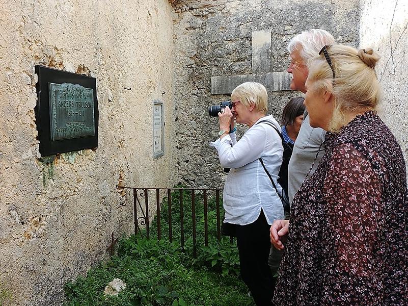 Anne Holbø Wendelbo, discendente del pittore norvegese K.Holbo, insieme alla storica dell'arte Dyveke Bast. davanti alla tomba del pittore svedese A. Trulson